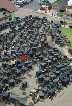 Amish parking - there is no link to say whats going on but this is across from Lehman's store in Ohio - just passed this the other day. so many buggys. Amish Family, Amish Farm, Amish Country, Amische Quilts, Ohio, Vie Simple, Amish Culture, Holmes County, Ontario