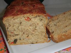 Pão com tomate, cebola, queijo e ervas frescas. Pan con tomate, cebolla, queso y hierbas frescas Bread with tomato, onion, cheese and fresh herbs
