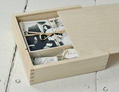 Foto & USB-Box mit Außenmaßen: außen Breite: 7 1/8 Zoll (18cm) Außenlänge: 7 1/8 Zoll (18cm) völlig außen Höhe: 2 Zoll (5 cm) Tiefe: 1 1/2 Zoll (3, 8cm). Sie können einen Stapel von ca. 130 Drucke in dieser Box halten. Die Box hat verschiebbare Deckel und Fach innen, im größeren Teil