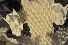 """Origami complejo. Taller """"Love is in the air"""" el 5-12-2012 en la E.T.S.A.M. (Escuela Técnica Superior de Arquitectura de Madrid). Con el departamento de Instalaciones efímeras, los arquitectos Jesús San Vicente y Manuel Carrasco dirigiendo (el que suscribe) y la inestimable colaboración de todos los alumnos participantes sin los que esto no hubiera sido posible."""