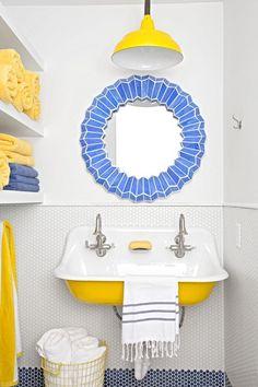 Yellow Bathroom Decor, Yellow Bathrooms, Small Bathroom With Tub, Mirror Bathroom, Bathroom Ideas, Bathroom Inspo, Bathroom Cabinets, Bathroom Remodeling, Modern Bathroom