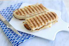 Brie, ananas en honing is een geweldige combinatie! We besloten daarom een lekkere panini met brie en ananas te maken. We deden er nog wat ham bij wat dit broodje tot een heerlijke lunch maakte. Lees
