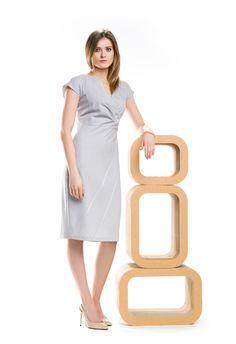 Szara sukienka z kopertowym dekoltem. Grey dress with envelope neck.