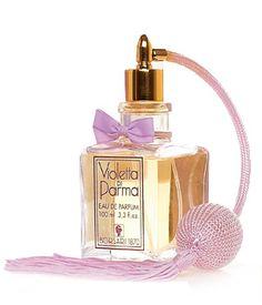 Jolie bouteille de parfum avec vaporisateur et nœud. Pretty perfume bottle with vaporizer and node.