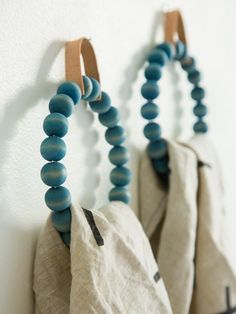 support pour serviette à faire soi-même en perles de bois repeintes en bleu
