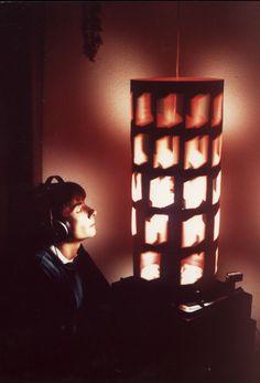 Brion Gysin et Ian Sommerville, Dreamachine – 1958 algorithme,  avec un mathématicien. Elle tourne,  ferme les yeux, cela crée un nouvel espace à l'intérieur de nous. Notre œil a deux types de persistance: positive et négative, elle permet de tester les deux. Positive: 50 milliseconde, la couleur et l'image qui reste imprégnée sur la rétine. Image subliminale. Persistance négative: dure plus longtemps: due à l'exposition prolongée à une lumière vive. Ici, lumière et forme.