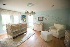 Babyzimmer in hellblauer Farbe - mit Möbeln in Weiß
