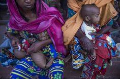 Bambini in fuga dalle violenze della Repubblica Centrafricana Ousseini e Hassan sono due gemelli di 11 mesi. La loro famiglia ha viaggiato per tre mesi, nascondendosi tra la boscaglia, fino ad arrivare alla città confine di Gbiti nel Camerun  (foto: © Frédéric Noy / Cosmos per HCR)