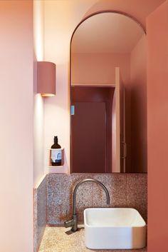 Comment utiliser le terracotta dans votre salle bains ? Hydropolis vous conseille.  Que vous choisissiez de peindre un pan de mur, d'ajouter un sol coloré ou seulement quelques carreaux de ciment, il est très facile de rénover cette pièce et de la colorer. Cette couleur chaude qui évoque la terre et le soleil apportera un vent de fraîcheur et de nouveauté à cet espace qu'on fréquente quotidiennement. #salledebains #bains #déco #terracotta #couleur #couleur2020 #salledebain #amenagement #ocre Pho Decor Inspiration, Bathroom Inspiration, Terrazzo, Turbulence Deco, Bathroom Toilets, Bathroom Bin, Bathroom Storage, Vintage Modern, Bathroom Interior Design