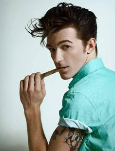 Almost fainted when I saw this picture. Drake bell makes me melt. I love him.