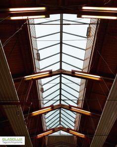 Für dieses Dach einer Mehrweckhalle im Odenwald wurde statt einer Firstverglasung ein GLASOLUX Satteldach mit RWA Fenstermodulen hergestellt und montiert. Die Unterkonstruktion ist hier deutlich höher als gewöhnlich. Windows System, Blinds, Curtains, Home Decor, Roof Pitch, Glass Roof, Types Of Construction, Gable Roof, Windows