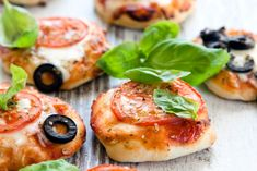 Rezept-Mini-Pizza-mit-Mozarella-Tomatensauce-BAsilikum-Oliven-Käse-11