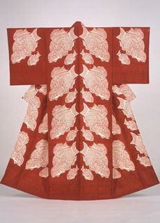 [F]「鯛泳ぐ文着物」型絵染(型紙と染料を多用する染め方)。大胆な鯛模様と赤色に惹かれる。