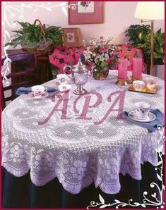 Rendinhas: TOALHA DE MESA Crochet Tablecloth, Round Tablecloth, Crochet Doilies, Mantel Redondo, Crochet Decoration, Filet Crochet, Beautiful Crochet, Bed Spreads, Table Decorations