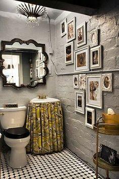 Lavabos = Criatividade Lavabo rústico... espelhos com moldura interessante, quadros na parede, saia na pia... Muito original!!!