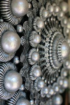 Zeeuwse knop, ik zoek ze, spaar ze... heb nu een leuke site gezien met sieraden met Zeeuwse knopen en wil daar voor mijn moeder een leuke armband kopen. Zal mijn vader eens vragen om de maat van haar pols.