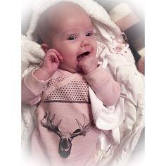 Lillemor så frisk og fin i bollekinnene etter en time ute i bæreselen med snømåking❄️✨ #babygirl #babyEa #13weeksold #ullergull #hustandclaire #ergobaby