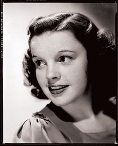June 1969 - Judy Garland died at age 47 in Chelsea, London, England, UK Hollywood Glamour, Classic Hollywood, Old Hollywood, Judy Garland, Harvey Girls, Chelsea, White Camera, Wizard Of Oz, American Actress