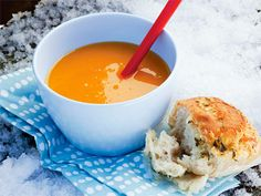 Recept på sötpotatis och morotssoppa. Len och värmande. Smaksätt gärna med 2 msk hackad timjan!