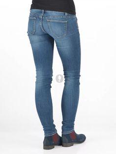 """Osobitý kotníkv módním stylu """"chelsea"""" je vyrobený z broušené usně v tmavě modrém (jeans) odstínu se zahlazením špičky a paty a je dále"""