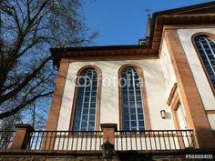 Neoklassizistische Fassade mit Rundbogenfenster der evangelischen Kirche in Wißmar bei Gießen