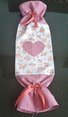 Esse puxa sacos é muito prático e simples de fazer, acompanhe o passo à passo e faça o seu também. Para confecção vai tecido com duas estampas, elástico e fita. As cores você escolhe a que mais lhe…