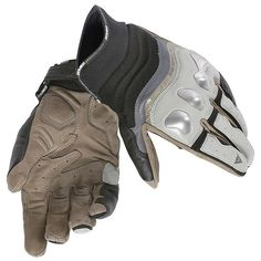 Guante Dainese X-Run Ideal para uso de moto en ciudad o carretera. -Fabricado en piel vacuna y cordura elástica -Protecciones rígidas en nudillos -Elásticos en dedos para mayor comodidad. -Ajuste en muñeca antidescabalgamiento mediante velcro -Refuerzos dobles en palma -Homologados según la certificaciónCE - Cat. II - Pr-EN 13594/2010 Standard lev. 1