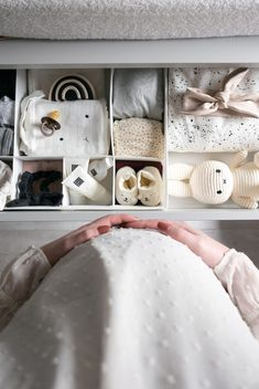 Rommelen in de babykamer Nursury room details, fumbling in the baby room, baby room, pregnant belly Cuarto de bebe Foto Baby, After Baby, Pregnant Mom, Pregnant Bellies, Baby Needs, Baby Hacks, Having A Baby, Pregnancy Photos, Pregnancy Info