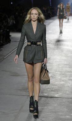 A gaúcha Raquel Zimmermann, a favorita de Cauã Reymond, foi outra a exibir as pernas na passarela da Versace Antonio Calanni / AP