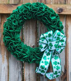 St Patrick's Day Green Felt Petal Wreath with Shamrock Clover Glitter Bow Felt Wreath, Wreath Crafts, Diy Wreath, Door Wreaths, Fabric Wreath, Wreath Making, Holiday Wreaths, Holiday Crafts, Holiday Decor