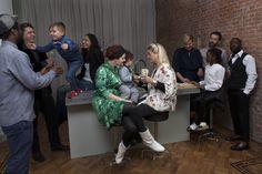 Het is full house bij Good Family Akkerhuis-Vyent in Rotterdam. Iedereen wil graag een hapje proeven van Esther's verse appelflappen die ze aan het voorbereiden is voor het Oud & Nieuw feest. Zo zijn partner Gregory Vyent, Gregory's broer Marlon Arrias, vriendin Kickel van Schaik, vriend Camiel Vlasman, vriendin Bracha de Jong met haar zoontje Jaya (2) en vriendin Denise Geerlings met partner Michiel Smit en zoontje Tex (4) aanwezig. Gelukkig krijgt Esther goede hulp van haar nichtje Jewel…