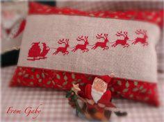 Cross Stitching Christmas Santa Sleigh Pincushion / Kreuzstich Weihnachten Weihnachtsmann Schlitten Nadelkissen