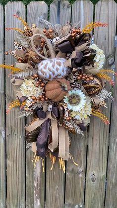 Diy Fall Wreath, Wreath Crafts, Wreath Ideas, Christmas Flower Decorations, Halloween Decorations, Fall Crafts, Halloween Crafts, Elegant Fall Wreaths, Autumn Wreaths