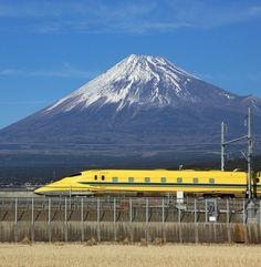 富士山をバックにしたドクターイエロー Fuji-san and train Monte Fuji Japon, Fuji Mountain, Japanese Nature, Mont Fuji, Kobe Japan, Shizuoka, Art Japonais, Winter Photos, Train Journey