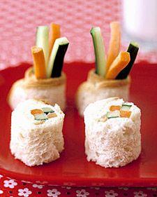 Sandwich de Sushi para que los niños coman sus vegetales. Pan aplanado y hecho rollo relleno de zanahoria y pepino y aderezado con queso crema.