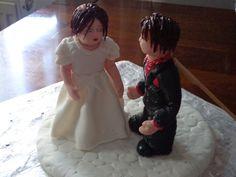 der Bräutigam braucht noch etwas Unterstützung durch ein Holzstäbchen :-) Girls Dresses, Flower Girl Dresses, Wedding Dresses, Fashion, Wedding Cakes, Dresses Of Girls, Bride Dresses, Moda, Bridal Gowns