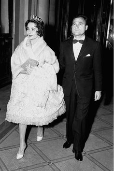Explore Elizabeth Taylor's style evolution over the years in pictures. An exploration of her best looks, from her diamonds to her first wedding gown and all the best dresses in between – see Elizabeth Taylors's best fashion moments on Vogue. Old Hollywood Stars, Hollywood Life, Old Hollywood Glamour, Classic Hollywood, Michael Wilding, Elizabeth Taylor Jewelry, Mike Todd, Eddie Fisher, Star Wars
