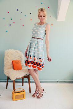 Schönes Kleid aus weichem bedrucktem Baumwollstoff mit einem wunderschönen Vogel-Wolken-Muster in mint-weiß-rot-blau. Es ist auf Figur geschnitten und hat einen mädchenhaften Look. Der Stoff ist...