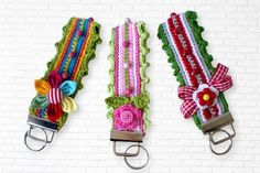 Schlüsselband gehäkelt These lanyards are crocheted quickly. You can crochet them in your favorite colors and use all your leftovers. So you always have a small gift or souvenirs at hand. For decoration you can use everything. Crochet Keychain Pattern, Crochet Patterns Amigurumi, Crochet Hooks, Knitting Patterns, Crochet Santa, Easy Handmade Gifts, How To Start Knitting, Small Gifts, Fabric Flowers