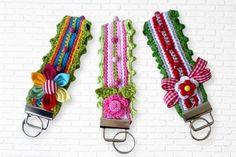 Diese Schlüsselbänder sind schnell gehäkelt. Du kannst sie in Deinen Lieblingsfarben häkeln und dafür Deine ganze Restekiste gebrauchen. Damit hast Du immer ein kleines Geschenk oder Mitbringsel zur Hand. Zum Verzieren kannst Du alles gebrauchen. Ob