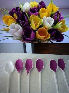 Pop Bottle Crafts, Diy Bottle, Bottle Art, Paper Flower Decor, Flower Decorations, Paper Flowers, Plastic Spoon Crafts, Plastic Spoons, Cutlery Art