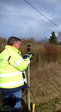 Unser #Grundstück wird vermessen. Lest mehr dazu hier: http://bau-blogger.de/vermessung-1-der-bauplatz-bekommt-seine-grenzen/