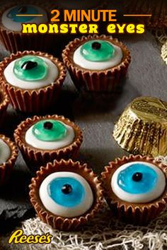 These REESE'S Peanut Butter Cup Monster Eyes are a scary little treat for the family or friends for Halloween. Use colored decorating gel to add colored area of eye. Add black gel to form pupil of eye. Pro tip: refrigerate until ready to serve! Halloween Goodies, Halloween Food For Party, Holidays Halloween, Halloween Kids, Halloween Treats, Halloween Jokes, Spooky Treats, Halloween Desserts, Holiday Treats