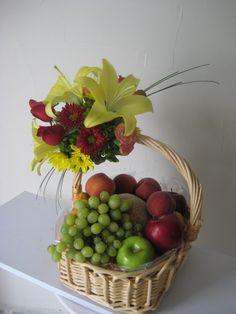 Edible Fruit Arrangements, Large Flower Arrangements, Artificial Floral Arrangements, Fruit Flower Basket, Flower Boxes, Diy Food Gifts, Fruit Gifts, Fresh Flowers, Beautiful Flowers