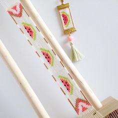 Une jolie association avec ma copine Isa, @lisa_kyn  qui a reproduit le motif pastèque que j'avais dessiné sur manchette (licence exclusive). Nous vous proposons le bracelet et le collier assortis sur demande. Les ananas arrivent bientôt  #rosemoustache #lisakyn #manchette #collier #motifrosemoustache #perles #miyuki #perlesaddict #defipocahontas #jenfiledesperlesetjassume Loom Bracelet Patterns, Bead Loom Patterns, Beaded Jewelry Patterns, Friendship Bracelet Patterns, Beading Patterns, Beaded Crafts, Jewelry Crafts, Rose Moustache, Bead Loom Designs