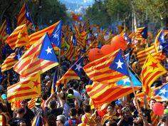 Multidão acena bandeira nacional da Catalunha; marcha toma conta da cidade sob o lema 'Catalunha, o novo Estado da Europa'  Foto: LLUIS GENE / AFP