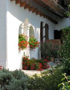 Pictures of courtyards, gardens. Country houses in a natural setting next to old trees. Spanish Style Homes, Country Style Homes, Country Life, Country Houses, Hungary Travel, Old Trees, Cottage Interiors, My Secret Garden, Traditional House
