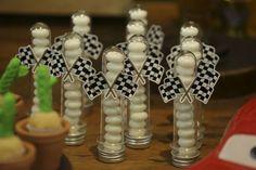 Decoração Carros- tema carros- festa- aniversário- idéias decoração- idéias lembrancinhas- idéias convites- idéias mesa- bolo tema carro- festa de menino- mc queen- Matt- mini fusca- centro de mesa carros