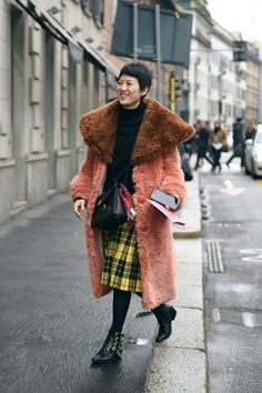 These are the best street-style looks from Milan Fashion Week, which include lots of silk blouses, Gucci, and bold color. Top Street Style, Street Style 2018, Street Style Trends, Autumn Street Style, Cool Street Fashion, Street Chic, Street Wear, Street Styles, Fashion Week 2018