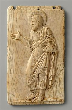 Rome début du Ve siècle Plaque : Un apôtre Ivoire H. : 12 cm. ; L. : 7 cm. ; Pr. : 0,80 cm.